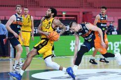 Basketball  2. Bundesliga  2020/2021  9. Spieltag  05.12.2020 Tigers Tuebingen - Rostock Seawolves Troy Simons (li, Tigers) gegen Rain Veideman (re, Rostock)  FOTO: ULMER Pressebildagentur xxNOxMODELxRELEASExx