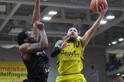 Barmer 2. Basketball Bundesliga  2018/2019  10. SpieltagTigers Tuebingen - VfL Kirchheim Knights   09.11.2018Tyler Amos Laser (re, Tigers) gegen Jalen Canty (li, Kirchheim)FOTO: ULMER PressebildagenturxxNOxMODELxRELEASExx