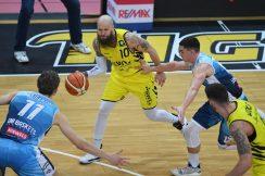 Barmer 2. Basketball Bundesliga  2018/2019  26. SpieltagTigers Tuebingen - Uni Baskets Paderborn     03.03.2019Tyler Amos Laser (Mitte, Tigers) gegen Luca Kahl (re, Baskets Paderborn) FOTO: ULMER PressebildagenturxxNOxMODELxRELEASExx